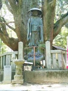 一本杉と弘法大師像