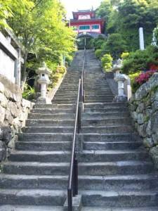 津照寺の鐘楼門と階段