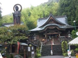 35番札所清瀧寺の本堂と薬師如来像