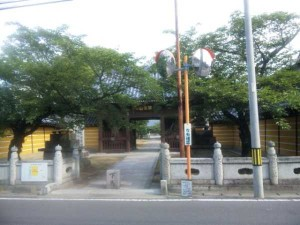 76番札所金倉寺の山門
