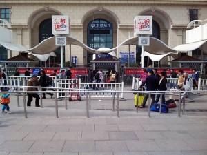 チンタオ駅入口