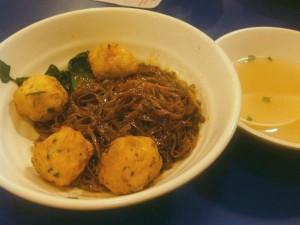 イカボール醤油味の麺