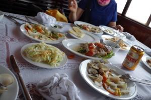 ハロン湾ツアーの昼食
