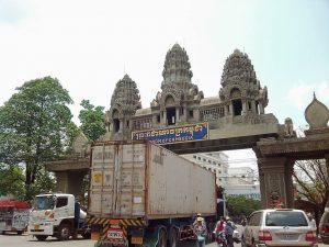 バンコクへ向う満席のバン