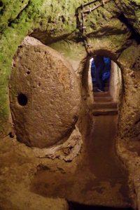 デリンクユ地下都市の石のドア