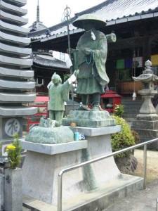 77番札所道隆寺の大師像