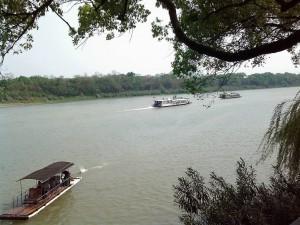 漓江の川沿いを歩く