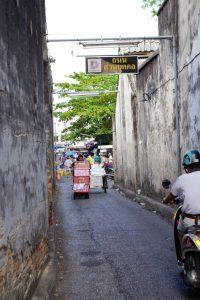 フレッシュマーケットへの路地