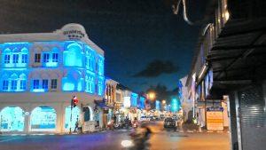 ライトアップされた旧市街の町並み(青)