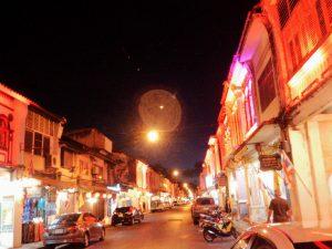 ライトアップされた旧市街の町並み(赤)