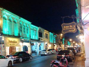 ライトアップされた旧市街の町並み(緑)