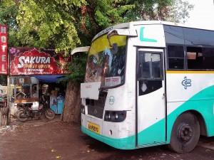 ジャイプル行きのツアーバス